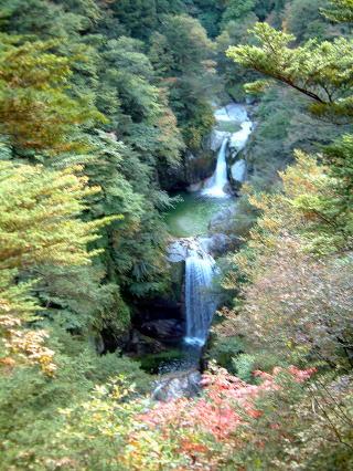 尾白川渓谷最大の名所「神蛇滝(かんじゃだき)」