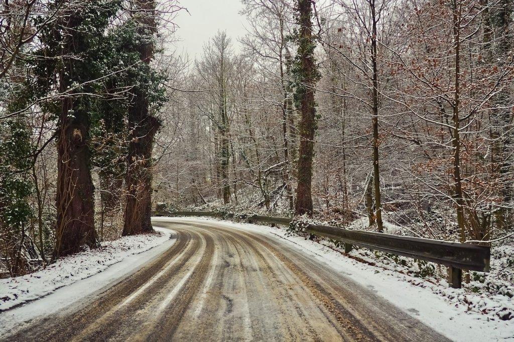 冬季の脇道は危険